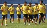 Pemain Arema Cronus melakukan latihan di Stadion Gajayana.