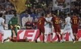 Pemain AS Roma Federico Fazio, ketiga dari kanan, beradu argumen dengan pemain Lazio Sergej Milinkovic-Savic dalam laga lanjutan serie A, di Olympic Stadium, Roma, Ahad (15/4) waktu setempat.