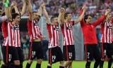 Pemain Athletic Bilbao merayakan keberhasilannya menebus babak penyisihan grup Liga Champions usai mengalahkan Napoli 3-1 di leg kedua babak playoff di San Mames, Bilbao, Rabu (27/8).