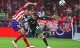 Pemain Atletico Madrid Stefan Savic (kiri) berebut bola dengan Cristian Tello (kanan) dari Real Betis.