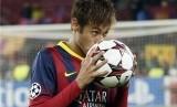 Pemain Barcelona, Neymar, mencium bola usai mencetak hattrick saat timnya menghadapi Celtic Glasgow di laga terakhir Grup H Liga Champions di Camp Nou, Barcelona, Rabu (11/12).