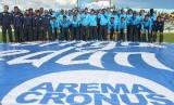 Pemain dan ofisial Arema Cronus berfoto saat peluncuran tim di Stadion Kanjuruhan, Malang, Ahad (15/2).