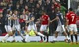 Pemain West Bromwich Albion, Jay Rodriguez (kiri) merayakan gol ke gawang MU dalam lanjutan Liga Primer Inggris di Old Trafford, Manchester, Inggris, Ahad (15/4) waktu setempat.
