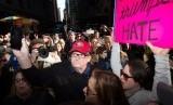 Pembuat film dokumenter Michael Moore (bertopi merah).