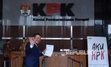Lawyer Otto Hasibuan waves to the reporters and shows his resignation letter as the attorney for the suspect of e-ID card graft case, Setya Novanto, at KPK office, Jakarta, Friday (December 8).