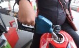 Consumer fills his tank with Pertamax at one of gas station in Jakarta.