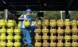 Pengisian LPG 3 Kg: Pekerja melakukan pengisian tabung Elpiji 3 Kg di SPBE Batavia Jaya Energi, Cakung, Jakarta Timur, Jumat (29/5). (Republika/ Yasin Habibi)