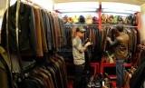 Pengunjung memilih jaket kulit yang dipamerkan Gelar Sepatu, Kulit & Fesyen (SFK) produksi Indonesia 2015 di Jakarta Convention Center (JCC) Jakarta Pusat, Ahad (5/7).  (Republika/Agung Supriyanto)