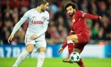 Penyerang Liverpool Mohamed Salah (kanan) berebut bola dengan pemain Spartak Moskow Salvatore Bocchetti (kiri) pada Grup E Liga Champions UEFA 2017/2018 di Stadion Anfield, Liverpool, Inggris, Kamis (7/12) dini hari WIB.