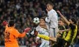 Penyerang Real Madrid Cristiano Ronaldo (tiga dari kanan) mencoba membobol gawang kiper Borussia Dortmund Roman Buerki saat pertandingan fase grup Liga Champions UEFA di Stadion Santiago Berbabeu, Madrid, Spanyol, Kamis (7/12) dini hari WIB.