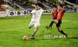 Penyerang timnas Indonesia, Ilija Spasojevic (kiri) beraksi saat menghadapi Mongolia pada turnamen Aceh World Solidarity Cup (AWSC) 2017.