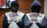 Penyidik KPK menunjukan barang bukti hasil Operasi Tangkap Tangan (OTT) di Gedung KPK, Jakarta, Sabtu (7/10).