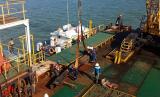 Pertamina melakukan pengangkatan pipa yang patah di wilayah Teluk Balikpapan.