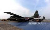 Pesawar Hercules yang digunakan untuk mengirim bantuan kemanusiaan untuk pengungsi Rohingya di Pangkalan TNI AU, Bandara Halim Perdanakusumah, Jakarta, Rabu (13/9).