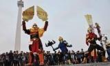 Peserta menggunakan kostum karakter pada saat kegiatan Cosplay Jakarta Parade di Silang Monumen Nasional (Monas), Jakarta Pusat, Ahad (2/11). Kegiatan yang menampilkan menampilkan sejumlah karakter dalam negeri, diantaranya Carok, Gatot Kaca, Gundala Putra