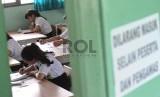 Peserta Ujian Nasional kesetaraan paket B SMP di SMU 80 Sunter, Jakarta Utara, Senin (4/5).  (Republika/Tahta Aidilla)