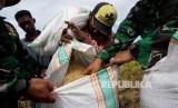 Petani memasukan gabah kedalam karung saat acara Panen Raya dan Serap Gabah Petani di Kabupaten Barru, Sulawesi Selatan, Senin (20/3).