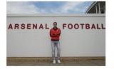 Petr Cech berpose di klub barunya