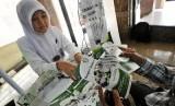 Petugas amil zakat sedang menjelaskan informasi kepada pekerja di Jakarta