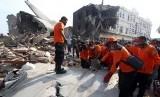 Petugas Basarnas mengevakuasi puing pesawat Hercules C-130 yang jatuh, di Jalan Jamin Ginting Medan, Sumatera Utara, Rabu (1/7).
