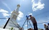 Petugas dari Dinas Kebudayaan DIY melakukan pemotretan 360 derajat bangunan Tugu Pal Putih, di Yogyakarta, Rabu (16/3)