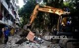 Petugas dibantu dengan alat berat membongkar bangunan semi permanen ketika penertiban bangunan liar di area Rusun Bidara Cina, Jatinegara, Jakarta, Kamis (14/9).