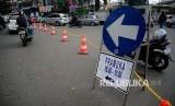 Petugas Dinas Perhubungan mengarahkan kendaraan saat di berlakukannya uji coba rekayasa lalul intas di simpang Jalan Proklamasi, Jakarta, Kamis (8/6).