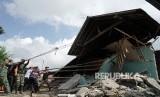 Petugas gabungan bersama relawan membersihkan puing bangunan yang berbahaya, akibat gempa tektonik dangkal dengan kekuatan 4,4 SR pada kedalaman 4 Kilometer, di Desa Kertosari, Kalibening, Banjarnegara, Jateng, Kamis (19/4).