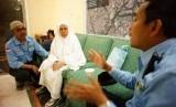 Petugas Haji Indonesia,  Maskat (kanan) berbicara dengan Nasiah, jamaah haji non kuota asal Banjarmasin di Madinah, Senin (28/10) dini hari.   (Republika/Yogi Ardhi)