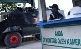 Petugas keamanan berjaga di Check Poin 28 sebagai akses keluar masuk kendaraan PT Freeport di Timika, Papua, Minggu (30/4).