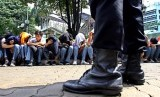Petugas kepolisian menjaring sejumlah pelajar yang tertangkap basah membawa senjata tajam (ilustrasi)
