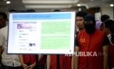 Petugas kepolisian menunjukan barang bukti dan tersangka saat rilis kasus tindak pidana pornografi melalui Facebook di Mapolda, Jakarta, Selasa (14/3).