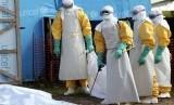 Petugas kesehatan mengangkut jasad penderita Ebola dari ruang isolasi. (ilustrasi)