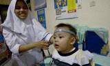 Petugas memeriksa kesehatan balita di Puskesmas (ilustrasi)