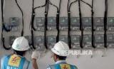 [ilustrasi] Petugas PLN Area Bulungan Distribusi Jakarta Raya melakukan penyambungan penambahan daya pelanggan 1300 VA menjadi 2200 VA.