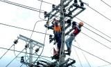 Petugas PT PLN melakukan perbaikan jaringan listrik di Bawen, Kabupaten Semarang, Senin (16/2).