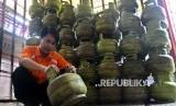 Petugas tengah memeriksa gas elpiji tiga kilogram (kg) di agen penjualan tabung gas SPBU Pertamina Cikini, Jakarta, Kamis (15/12).