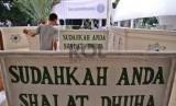 Plang ajakan Shalat dipasang pada pintu masuk didepan Masjid Husnul Khotimah, Jakarta Pusat, Rabu (21/1). (Republika/ Tahta Aidilla)