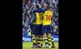 Playmaker Arsenal, Mesut Oezil (kiri), merayakan golnya bersama rekan setim saat menghadapi Brighton & Hove Albion di laga putaran keempat Piala FA di Brighton pada Ahad (25/1).