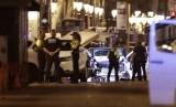 Polisi berjaga di Las Ramblas, Barcelona, setelah serangan mobil pada Kamis (17/8) sore waktu setempat.