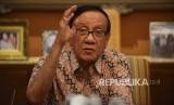 Politisi Senior Partai Golkar Akbar Tanjung memberikan pemaparan sebelum menerima petisi dari kader muda partai golkar dan sejumlah aktivis saat menggelar silaturahmi di kediamannya, Jakarta, Kamis (11/5).