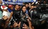 Presiden baru Klub Inter Milan Erick Tohir disambut puluhan Interisti saat tiba di Bandara Soekarno Hatta, Tangerang, Banten, Sabtu (23/11).  (Republika/Tahta Aidilla)
