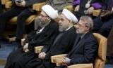 Presiden Iran Hassan Rouhani (tengah), Ketua Parlemen Ali Larijani (kanan) dan Kepaa Pengadilan Ayatollah Sadeq Larijani saat menghadiri Konferensi Internasional Mendukung Intifadah Palestina di Teheran, Iran, Selasa, 21 Februari 2017.