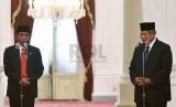Presiden Joko Widodo bersama Presiden RI Ke-6 Susilo Bambang Yudhoyono saat berada Istana Merdeka, Jakarta, Senin (20/10). Presiden Joko Widodo resmi dilantik menggantikan SBY.