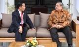 Presiden Joko Widodo (kiri) berbincang dengan Presiden Ke-6 RI Susilo Bambang Yudhoyono (kanan), di teras belakang Istana Merdeka, Jakarta, Jumat (27/10).