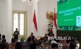 Presiden Joko Widodo memberikan sambutan dalam Silaknas ICMI, di Istana Kepresidenan, Jumat (8/12). Dalam pembukaan ini hadir pula Presiden Indonesia ke-3 BJ Habibie.