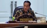 Presiden Joko Widodo memimpin rapat terbatas evaluasi proyek strategis nasional di Kantor Presiden, Jakarta, Senin (16/4).