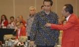 Presiden Jokowi berbincang dengan calon kepala BIN, Sutiyoso.