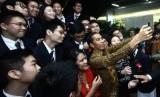 Presiden Jokowi dan Ibu Negara Iriania Widodo ber-selfie bersama siswa Anglo Chinese School (ASC) International, Singapura.