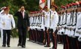 Presiden Jokowi memeriksa pasukan kehormatan di Istana Kepresidenan Singapura, Selasa (28/7).
